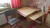 Письменный стол для школьника - парта ДЭМИ модель СУТ 14-02 клен / розовый со стулом СУТ 01